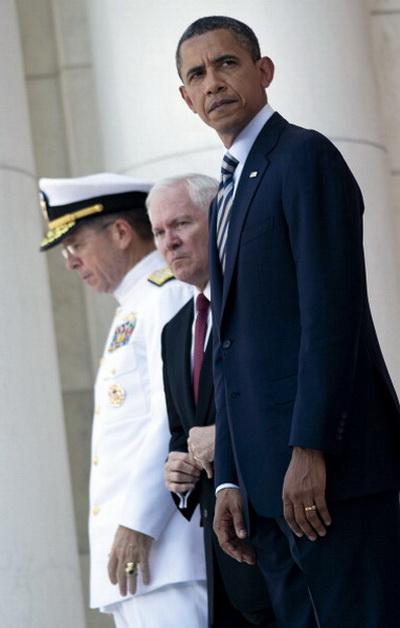 Фоторепортаж с места возложения венков к Могиле неизвестного солдата президентом США Бараком Обамой. Фото: AFP PHOTO/Brendan SMIALOWSKI