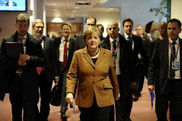 Прибывают представители стран – членов ЕС. Канцлер Германии Ангела Меркель (на переднем плане). Фото: GEORGES GOBET/AFP/Getty Images
