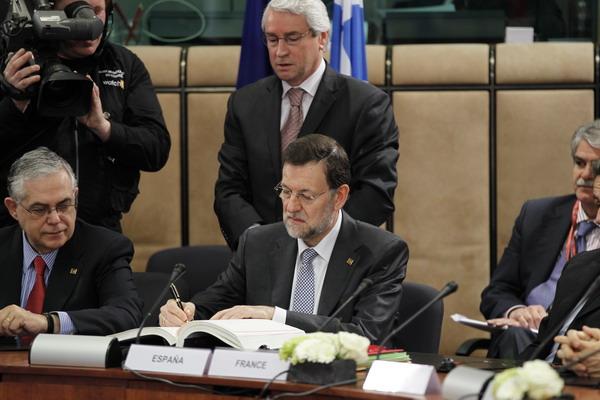 Договор подписывает премьер министр Испании Мариано Рахой. Фото: FRANCOIS LENOIR/AFP/Getty Images