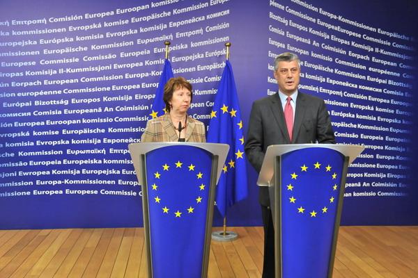 Во время саммита. Верховный представитель Европейского Союза по иностранным делам и политике безопасности Кэтрин Эштон и премьер министр Косово Хашим Тачи. Фото: GEORGES GOBET/AFP/Getty Images
