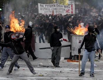 Афины, Греция.  20 октября проходит второй день 48-часовой акции протеста против принятия греческим Парламентом жестких мер в отношении экономических поправок в стране и вызвавший столкновения с полицией, которая применила к протестующим шумовые гранаты и слезоточивый газ. Фото:   Milos Bicanski/Getty Images