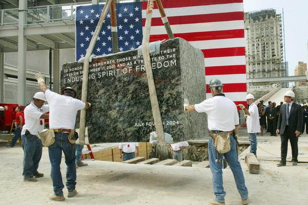 Первый камень закладывается на фундамент здания 4 июля 2004 года. Фото:  Monika Graff/Getty Images