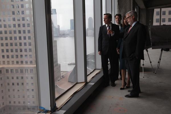 Премьер-министр Британии Дэвид Кэмерон с супругой во время своего визита в США 15 марта 2012 года посетил новое здание Всемирного торгового центра. Фото:  John Moore/Getty Images