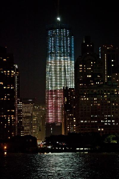 Freedom Tower ночью с зажжёнными трёхцветными огнями цвета флага Соединённых Штатов. Фото:  Andrew Burton/Getty Images