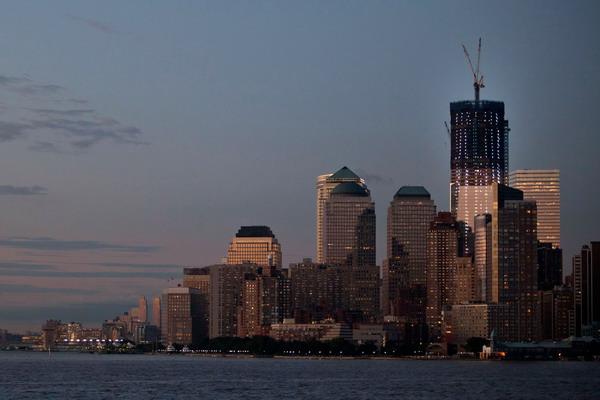 Вид на город вечером. Andrew Burton/Getty Images