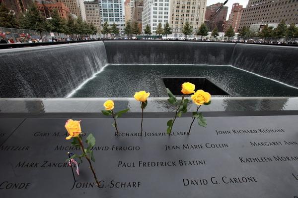 Мемориал 9/11 в память погибших в теракте 11 сентября 2001 года на следующий день после его открытия 11 сентября 2011 года. Фото: Jefferson Siegel-Pool/Getty Images