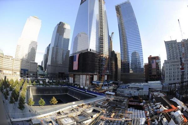 Мемориал 9/11 в память погибших в теракте 11 сентября 2001 года и новое здание ВТЦ. Фото: Mario Tama/Getty Images