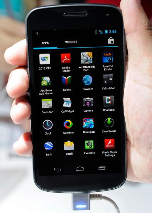 Samsung лидирует по продажам смартфонов. Модель The Galaxy Nexus. Фото: Ethan Miller/Getty Images