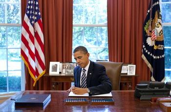 Президент США Барак Обама подписывает Закон о повышении потолка госдолга в Овальном кабинете Белого дома 2 августа 2011 года,Вашингтон, ОК, США. Фото: Pete Souza/The White House via Getty Images