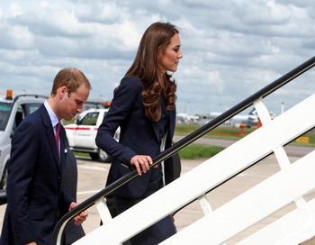 Герцог и герцогиня Кембриджские при посадке в самолет. Фото: Steve Parsons - WPA Pool/Getty Images