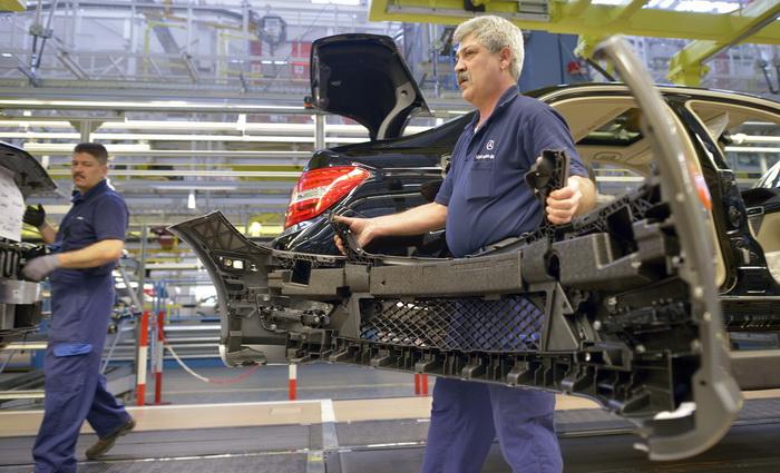 Немецкие работники требуют повышения зарплаты. Работники предприятия Daimler AG. Фото: THOMAS KIENZLE/AFP/Getty Images