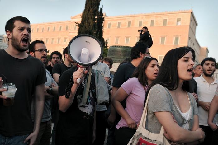В Греции увольняют чиновников. Протест у здания Парламента в Афинах. Фото: LOUISA GOULIAMAKI/AFP/Getty Images