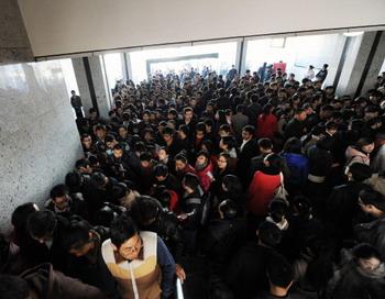Хефей, провинция Аньхой на востоке Китая. На регистрации по трудоустройству в государственную службу. Статистика показывает, что по официальным подсчетам около 22% работоспособных китайцев являются безработными. Фото: AFP / AFP / Getty Images