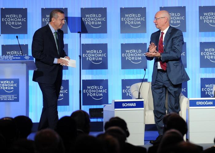 Организатор  и исполнительный председатель Всемирного экономического Форума Клаус Шваб (справа) приветствует премьер-министра Турции Тайипа Эрдогана после выступления с речью на открытии форума. Фото: BULENT KILIC/AFP/GettyImages