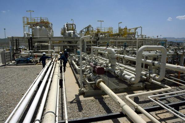 Колебание цен на нефть. Нефтяные провода в Турции. Фото: SAFIN HAMED/AFP/Getty Images
