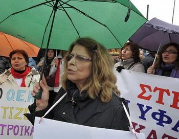 Работники социальной сферы 22 февраля 2012 года перед зданием парламента Греции проводят акцию протеста. Фото: LouisaGouliamaki/AFP/GettyImages