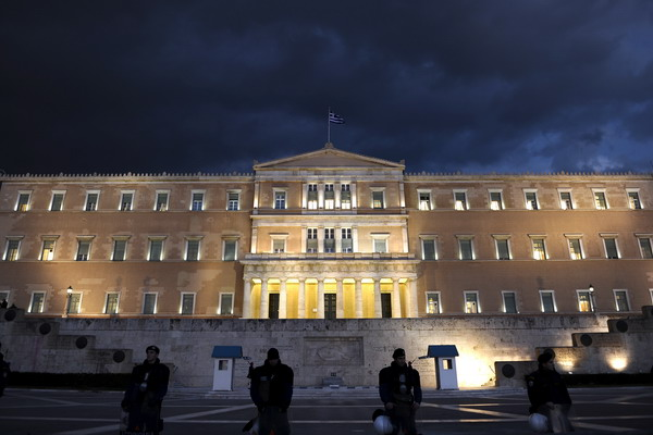 Частные инвесторы Греции идут на уступки. Здание парламента Греции. Фото: ARIS MESSINIS/AFP/Getty Images