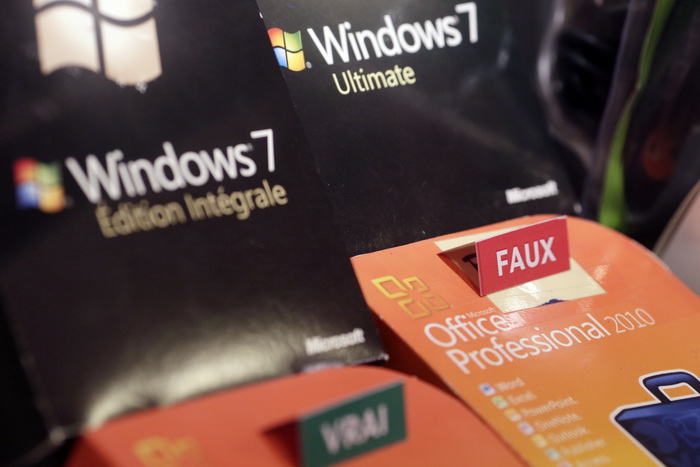 Microsoft в очередной раз платит штраф ЕС. Фото: KENZO TRIBOUILLARD/AFP/Getty Images