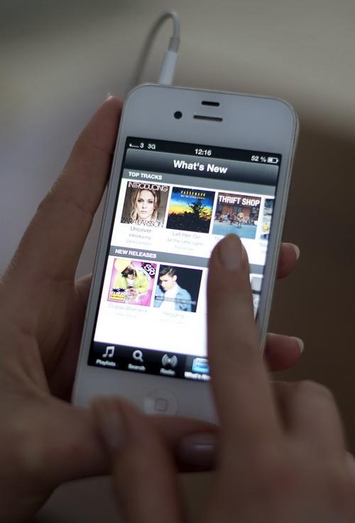 Смартфоны завоёвывают мир. Фото: JONATHAN NACKSTRAND/AFP/Getty Images