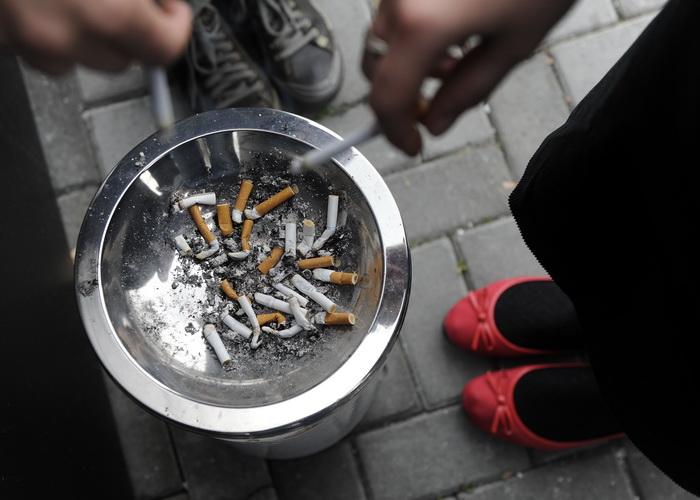 Курящий сотрудник приносит работодателю убытки. Фото: ANDREJ ISAKOVIC/AFP/Getty Images