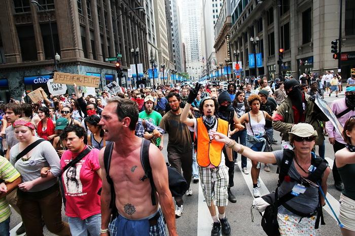 Протесты движения «Оккупируй Уолл-стрит» во время саммита НАТО в Чикаго 21 мая 2012 года. Фото: Spencer Platt/Getty Images)