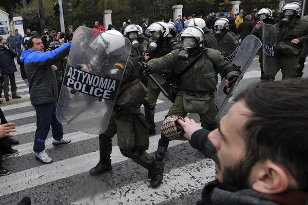 В Греции продолжаются протесты. В Афинах проходит двухдневная акция протеста против принятия сокращений госбюджета. Фото: GOULIAMAKI/AFP/Getty Images