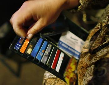 На что мы тратим свои заработанные деньги. Фото: Joe Raedle/Getty Images