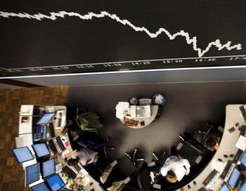 Брокеры на фондовой бирже во Франкфурте-на-Майне 10 августа 2011 года. Германский индекс DAX на торгах во вторник упал на 0,1% в связи с греческим долговым кризисом. Фото: FRANK RUMPENHORST / AFP / Getty Images