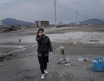 11 марта 2012 года г-жа Коматсу возлогает цветы на месте гибели её друзей в городке Рикузентаката в Японии во время цунами 9 марта 2011 года. Г-жа Kоматсу живет с мужем и двумя детьми во временном жилье, после того как они потеряли свои дом в результате цунами. Фото: Chris McGrath / Getty Images
