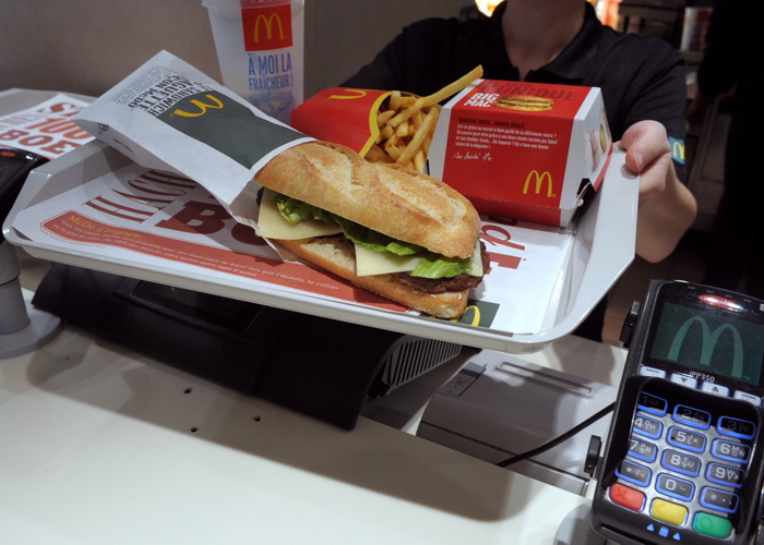 Торговая хитрость McDonalds.Фото:ERIC PIERMONT/AFP/Getty Images