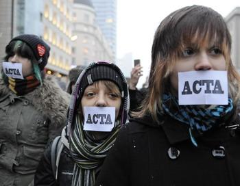 Участники демонстрации протестуют у здания ЕС в Варшаве по поводу введения проекта ACTA (Anti-Counterfeiting Trade Agreement). Фото: JANEK SKARZYNSKI/AFP/Getty Images