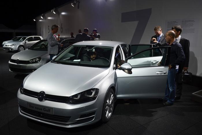 Немецкий производитель автомобилей Volkswagen представляет во время презентации в Берлине 4 сентября 2012 года новую модель Volkswagen Golf VII. Фото: Джон Макдугал / AFP / GettyImages