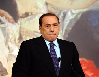 Премьер-министр Италии Сильвио Берлускони на пресс-конференции 12 августа поздно вечером после принятия правительством плана о мерах по сокрашению госдолга. Берлускони пришлось отказатся от своих обещаний «никогда не запускать руки в карманы итальянцев» VINCENZO PINTO/AFP/Getty Images