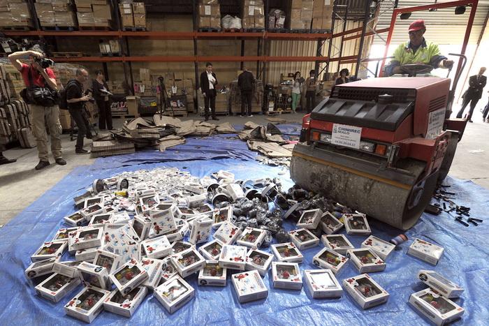 Франция борется с поддельными товарами. Фото: BORIS HORVAT/AFP/Getty Images