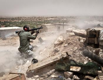 Ливийские повстанцы занимают позиции во время боя с войсками ливийского лидера Муамара Каддафи в регионе Западных Гор в июле 2011 года. Фото: COLIN SUMMERS/AFP/Getty Images