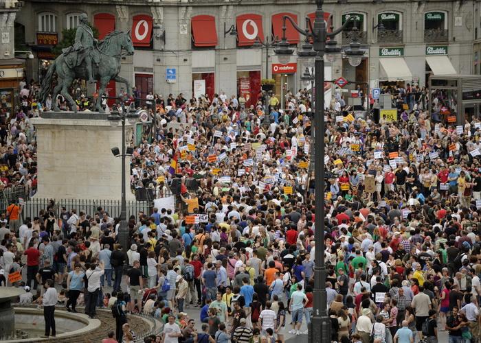 Демонстрация протестов на площади Puerta del Sol в Мадриде, Испания.Участники демонстрации протестуют против коррупции, экономического кризиса и реформ на трудовом рынке. Фото:  PEDRO ARMESTRE/AFP/GettyImages
