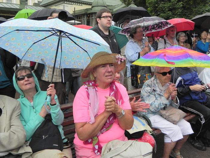 На эстраде песни. На улице дождь. Но как поют...День Хельсинки.12.06.13. Фото: Лариса Кононова/Великая Эпоха (The Epoch Times)