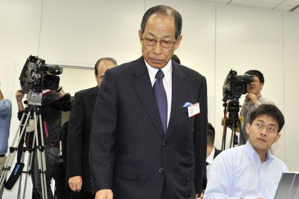 Olympus переживает трудные времена. Бывший глава компании Цуеси Кикукава на пресс-конференции в японской фондовой бирже 14 октября 2011 года. Фото: YOSHIKAZU TSUNO/AFP/Getty Images