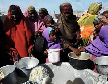 Больше всех на данный момент в продовольствии нуждаются жители в странах Африканского рога. Фото: ROBERTO SCHMIDT/AFP/Getty Images