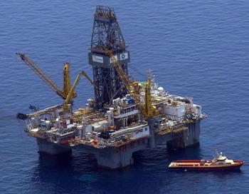 МЕКСИКАНСКИЙ ЗАЛИВ: 24 мая 2010 года в близи побережья Луизианы приостановленны работы по нефтедобыче в связи с крупнейшей экологической катастрофой в истории США. Фото: Win McNamee/Getty Images