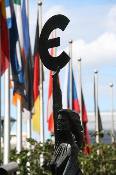 1.ЕС= 26 + 1. Перед зданием Европарламента в Брюселле. Фото: Mark Renders/Getty Images