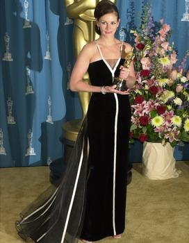 Джулия Робертс в одном из самых известных вечерних платьев от Valentino. Фото: Chris Weeks/Getty Images