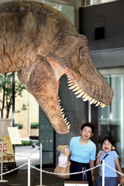 Механический робот в изображении динозавра в одном из торговых центров Токио, Япония. Фото: YOSHIKAZU TSUNO/AFP/Getty Images