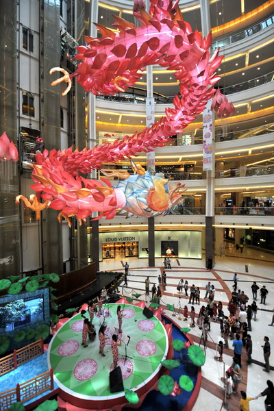 Декорации ввиде дракона на празднование начала 2012 года - года Дракона по китайскому Лунному календарю в одном из торговых центров Джакарта. Фото: BAY ISMOYO/AFP/Getty Images