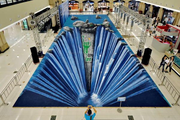 Трёх-дименсионная картина немецкого художника Эдгара Мюллера в торговом центре Шангхая. Фото: PHILIPPE LOPEZ/AFP/Getty Images