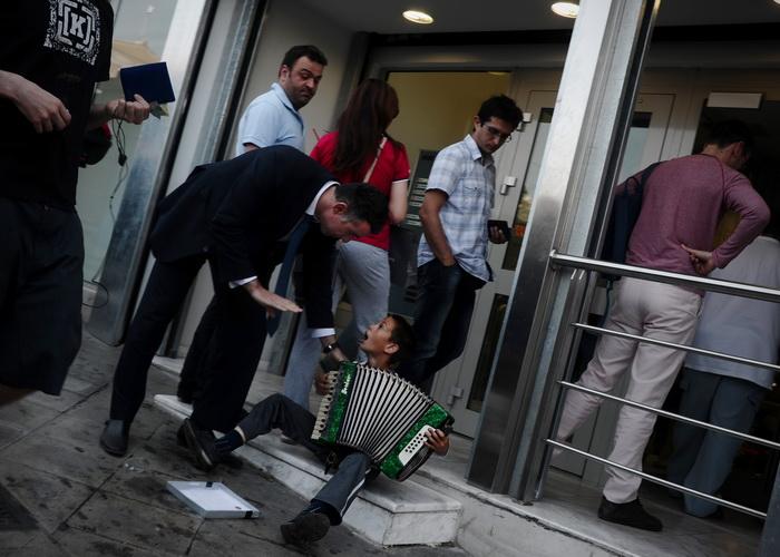 Греки массово изымают свои сбережения из банков. Фото: ARIS MESSINIS/AFP/GettyImages