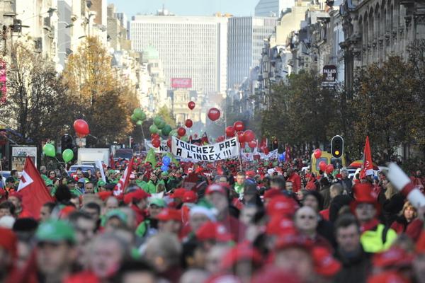 5.Всемирный банк предупреждает о следующем финансовом кризисе. Демонстрация протеста в Брюсселе против жестких мер, принятых правительством Бельгии из-за долгового кризиса еврозоны. Фото: GEORGES GOBET / AFP / Getty Images