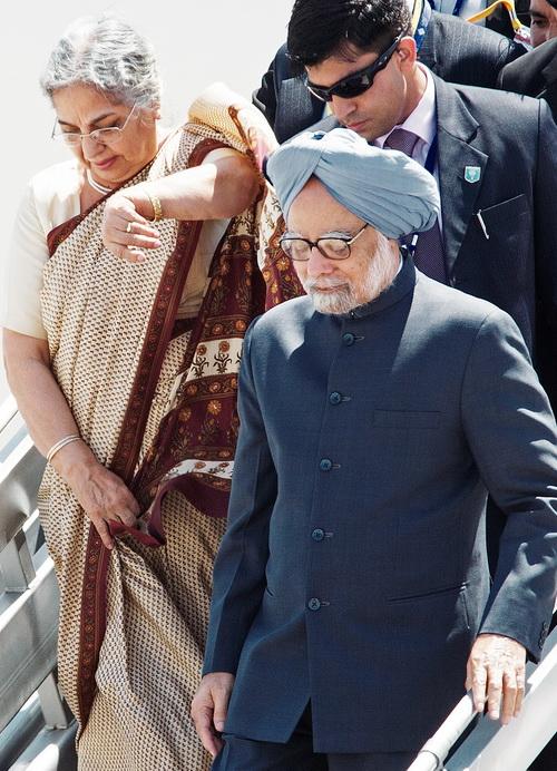 На встречу G20 в Лос-Кабос, Мексика, прибывает премьер-министр Индии Манмохан Синг с женой. Фото:  PAUL J. RICHARDS/AFP/GettyImages
