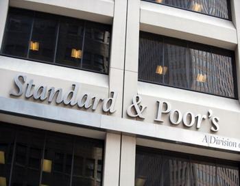 Центральный вход в здание нью-йоркского офиса S&P. Фото: DON EMMERT/AFP/Getty Images