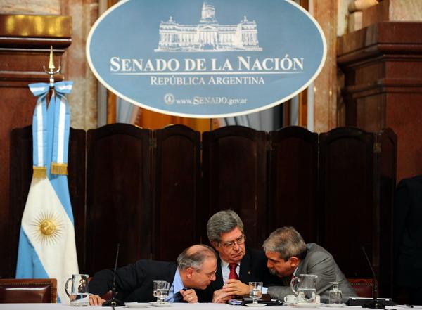 Бывший министр энергетики Аргентины Даниэль Монтамат, сенаторы Марчелло Фуэнтес и Анибал Фернандес на обсуждении законопроекта по экспропрированию нефтяной компании Repsol. Фото: Даниэль Гарсия / AFP / Getty Images